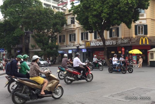 ベトナム ハノイ 交通事情 交差点 バイク